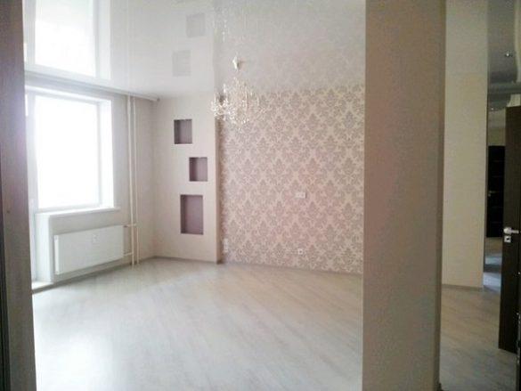 белый потолок в гостинной изображение